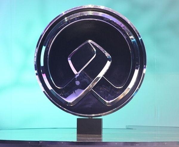Symbolisé par deux bras en référence au partenariat entre BMW et Brilliance, ce sigle annonce une nouvelle marque automobile chinoise appelée Zinoro.